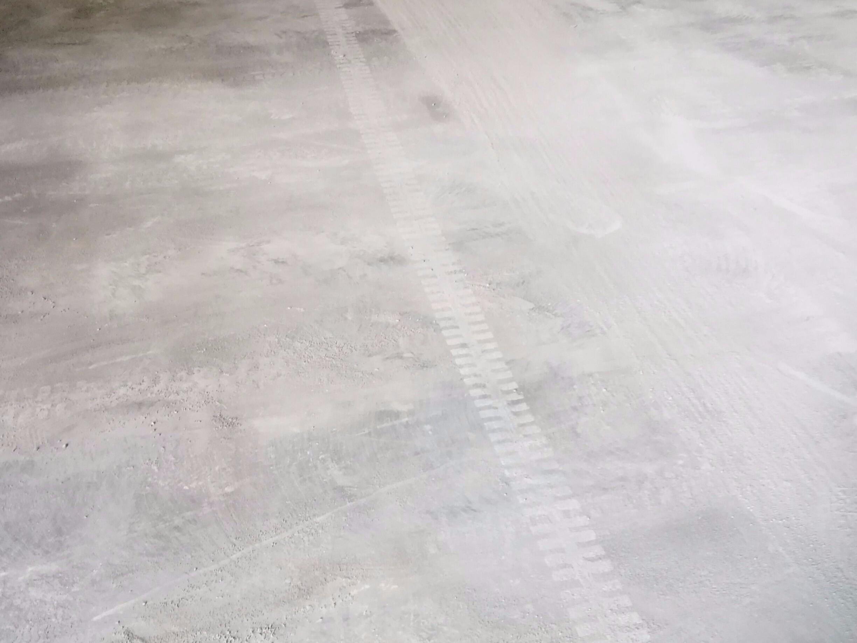 固化耐磨地坪发生粉化怎么办?
